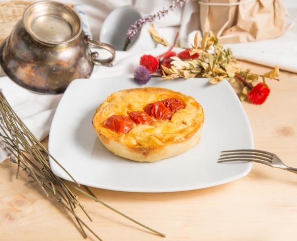 Tartă cu brânză și roșii